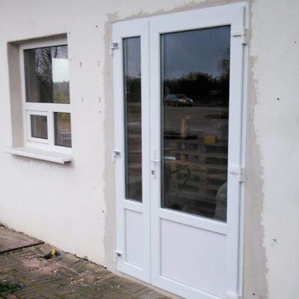 PVC loga un durvju uztādīšana.
